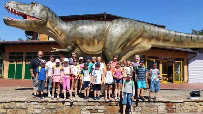 Kinder vor einem Dinosaurier